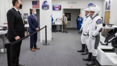 Photo of إيلون ماسك يحتفل بنجاح إطلاق رواد فضاء ناسا على كبسولته