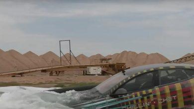 Photo of سيارة تسلا تسبح في المياه